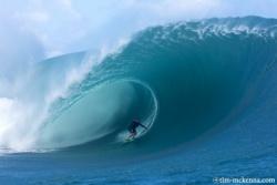 Maya gabeira sur une vague enorme a teahupoo le 30 novembre 2009